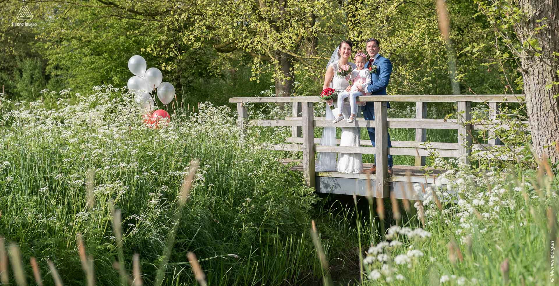 Bridal photo bridal couple with daughter bridge Oudegein park in Nieuwegein | Kevin Leonie | Wedding Photographer Michiel Borgart - Forever Images.
