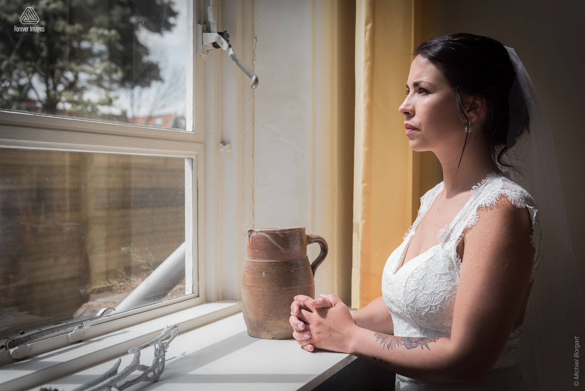 Bridal photo portrait photo of the bride looking out the window | Kevin Leonie | Wedding Photographer Michiel Borgart - Forever Images.