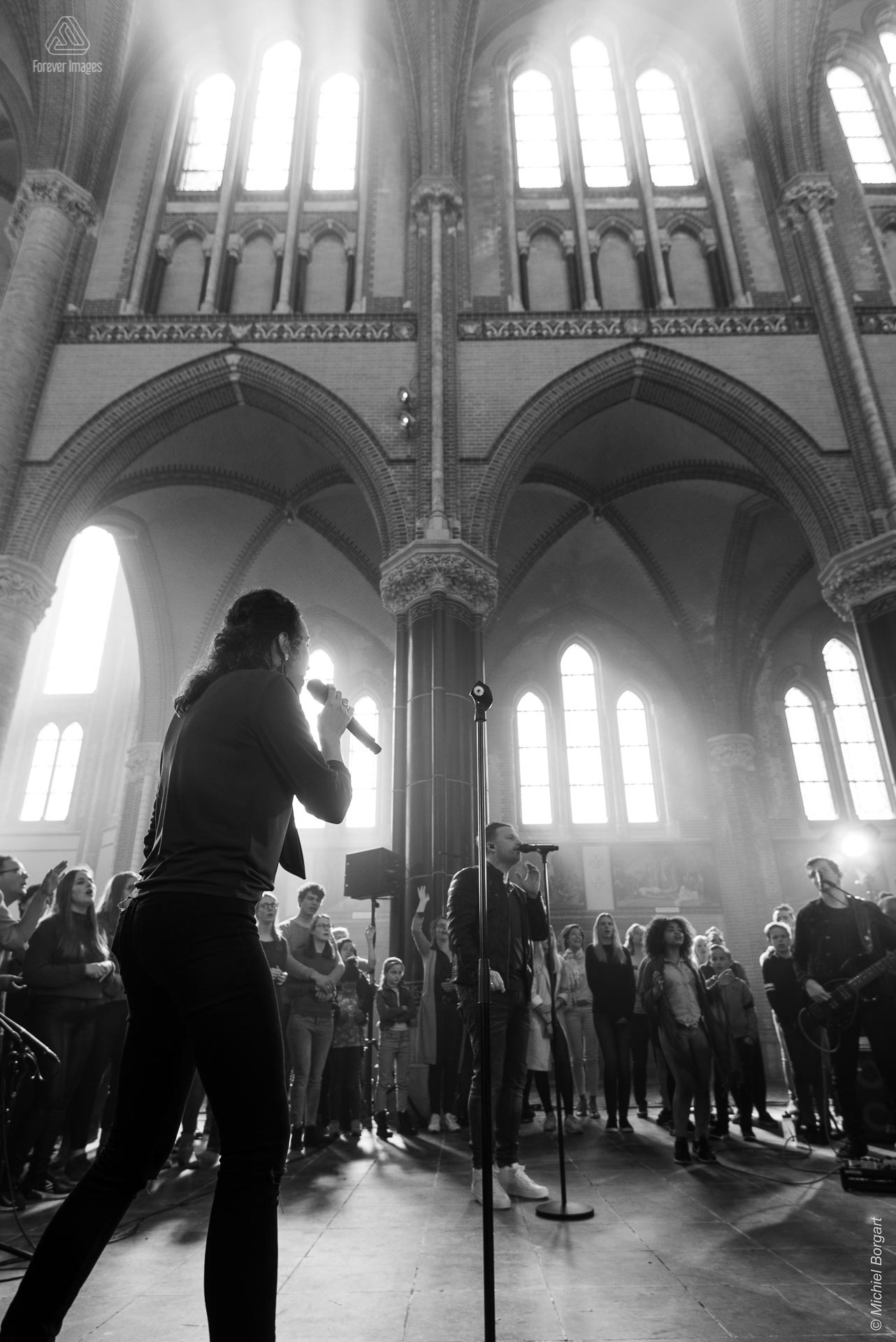 Black and white photo neo-gothic worship | InSalvation Gouwekerk Gouda Sifra Jafeth Bekx Andy Stuijfzand | Photographer Michiel Borgart - Forever Images.