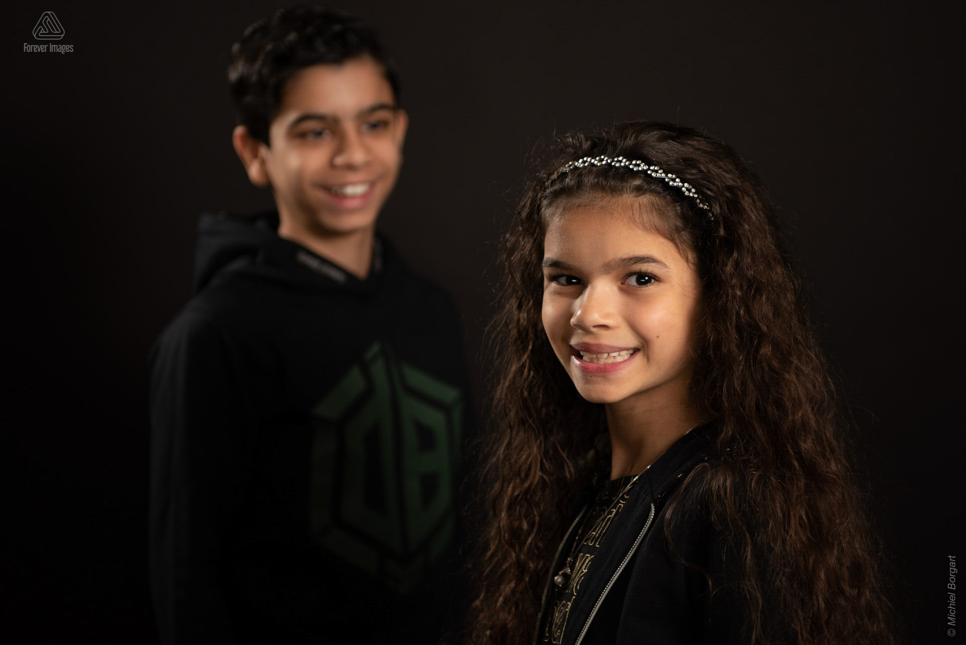 Portrait photo childern brother looks at sister | Chhaya Noam Grishaver | Portrait Photographer Michiel Borgart - Forever Images.