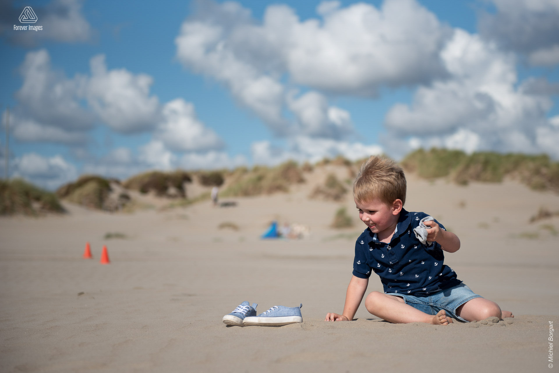 Childrens photo beach shoes are not allowed | Elias IJmuiden Strand | Portrait Photographer Michiel Borgart Forever Images.