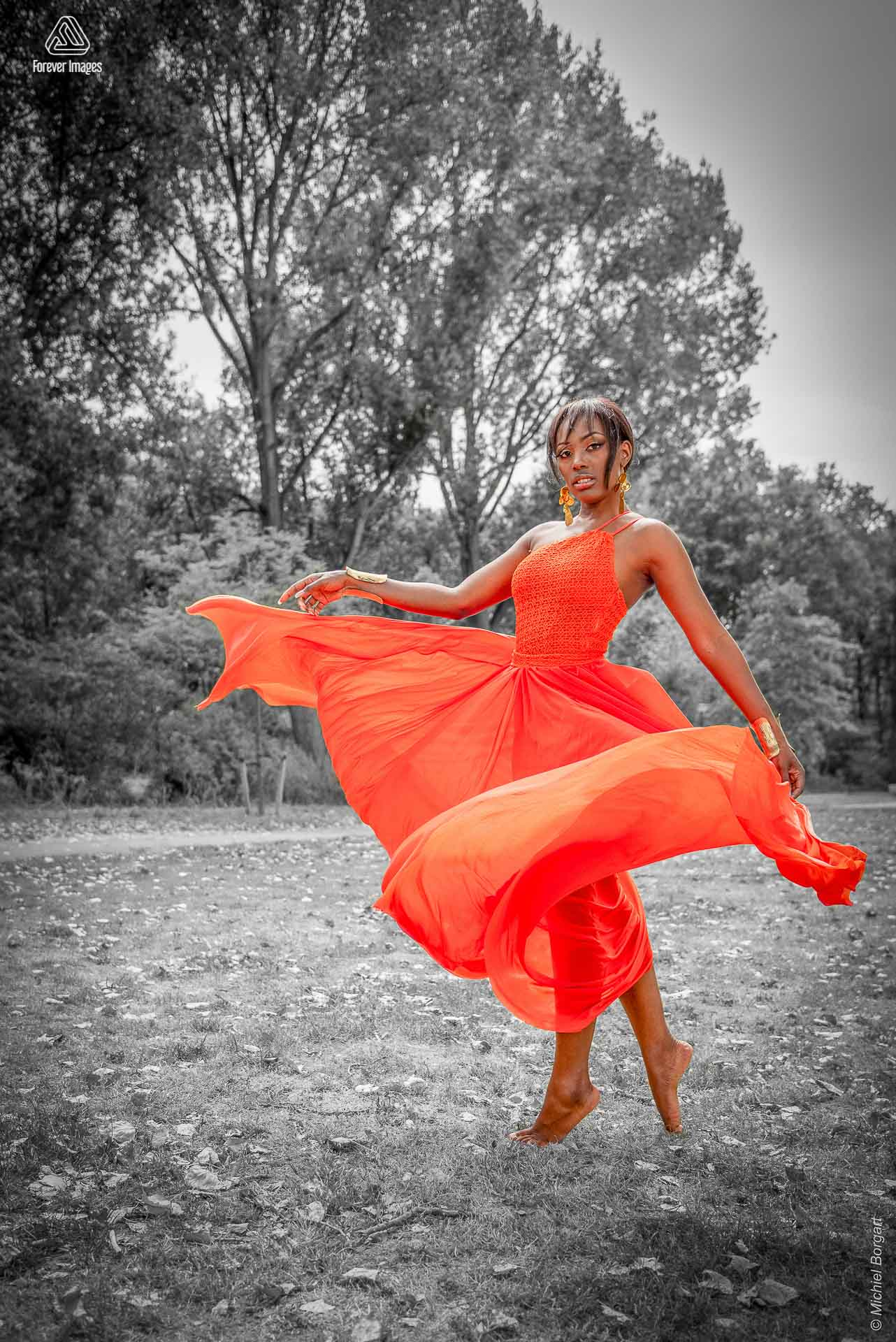 Fashion photo urben shoot orange dress turn Amsterdam | Mariana Pietersz David Cardenas Miss Avantgarde | Fashion Photographer Michiel Borgart - Forever Images.
