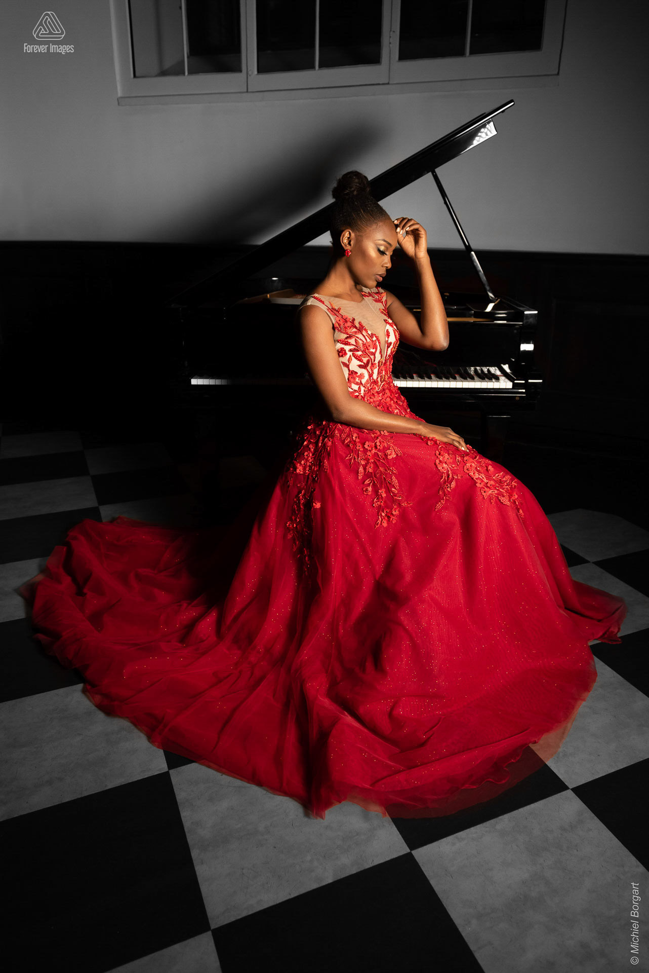 Fashion photo gala dress red at piano | Mariana Pietersz Duc Nguyen Koepelkerk Amsterdam | Fashion Photographer Michiel Borgart - Forever Images.
