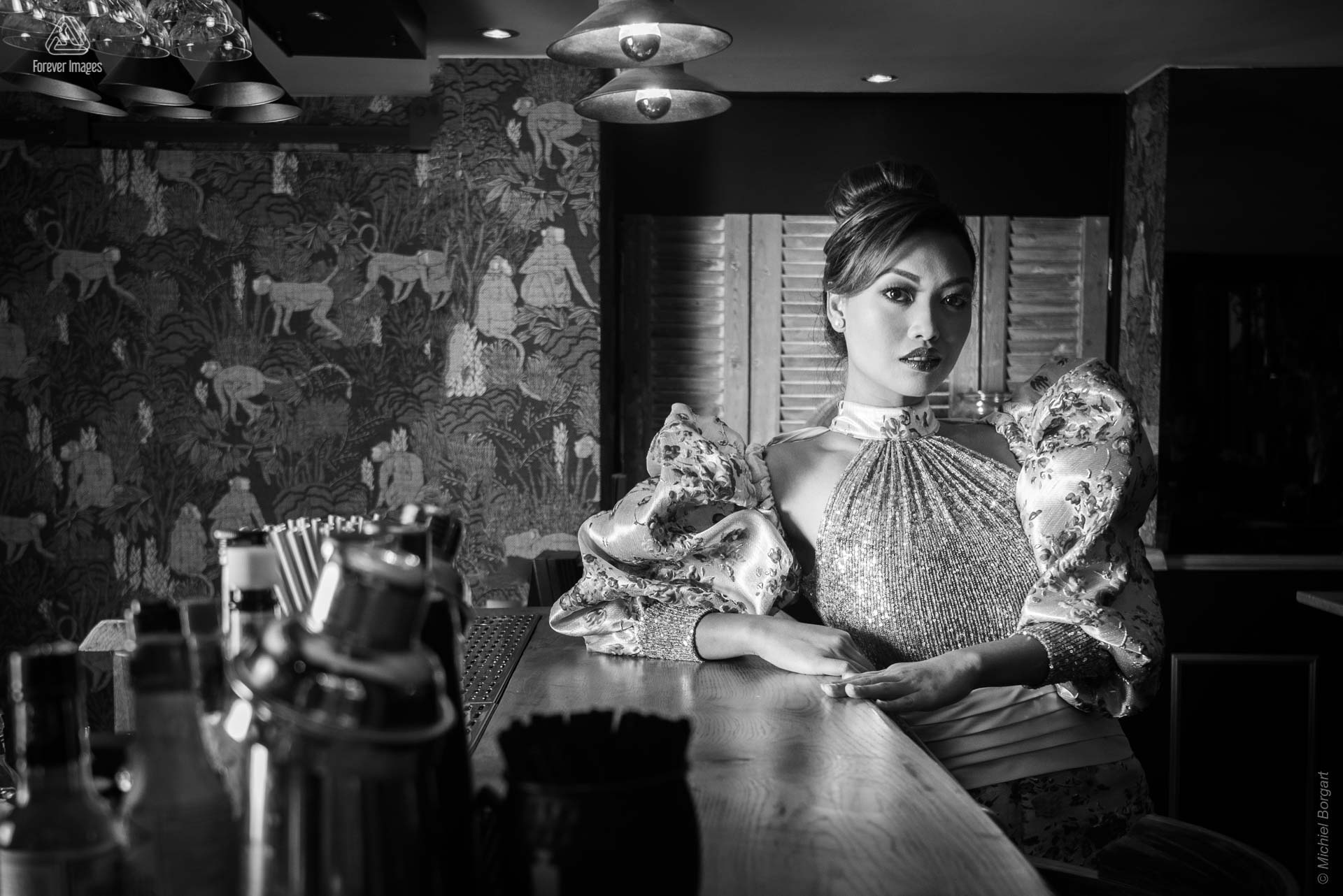 Portrait photo black and white at bar | Carolyn Collinda Ronald Rizzo Vicky Foundation Zimmerman Erica Gil | Fashion Photographer Michiel Borgart - Forever Images.