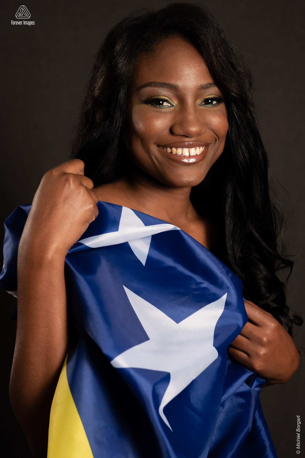 Portrait photo with national flag | Charliza Francisca Miss Planet Curacao Vicky Foundation | Portrait Photographer Michiel Borgart - Forever Images.