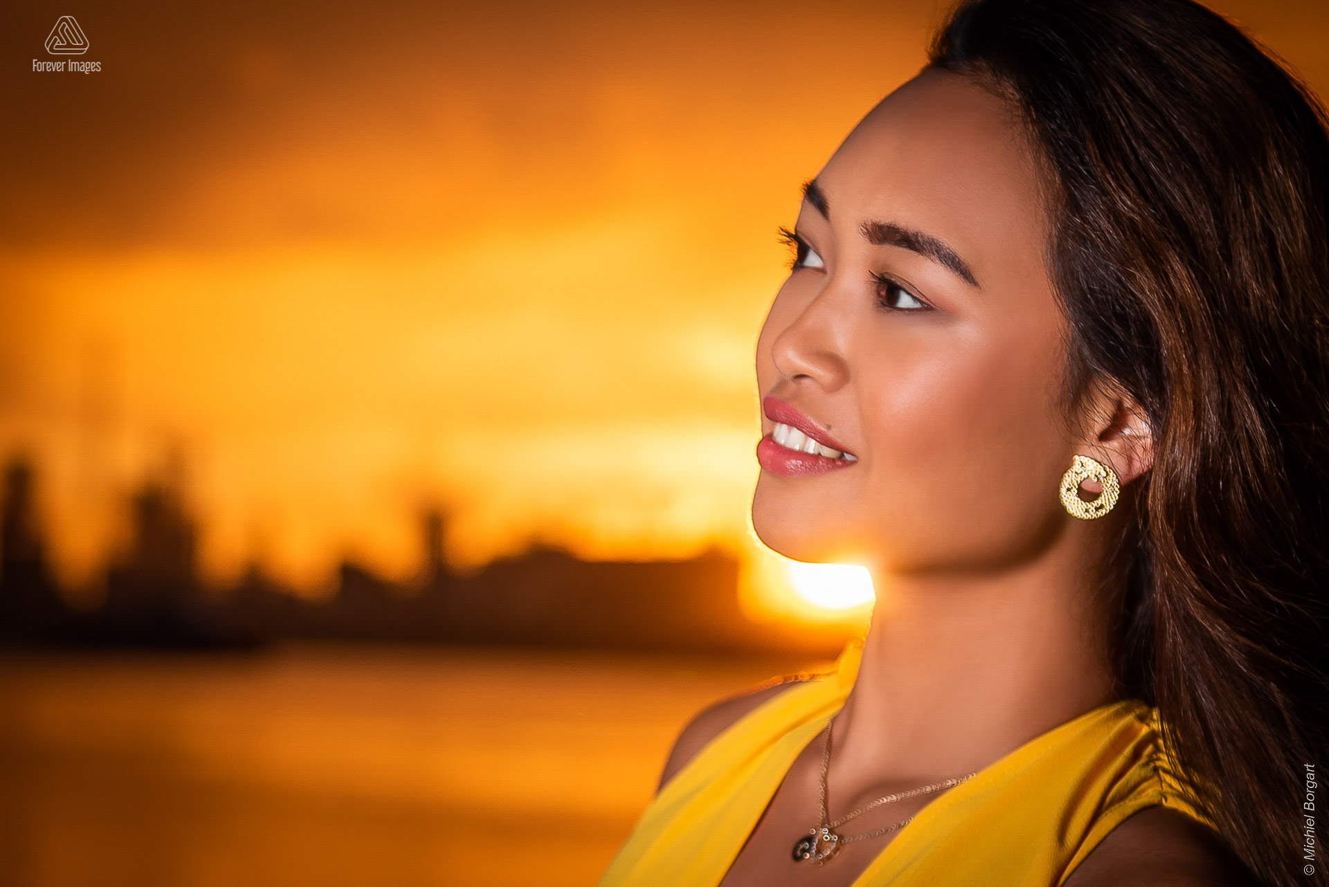 Portrait photo warm sunset sun rays along neckline | Carolyn Collinda Sint Annastrand Linkeroever | Portrait Photographer Michiel Borgart - Forever Images.