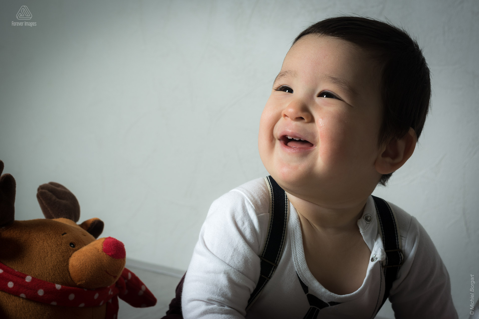 Portrait photo chinese child with his cuddly toy | Michael | Portrait Photographer Michiel Borgart Forever Images.