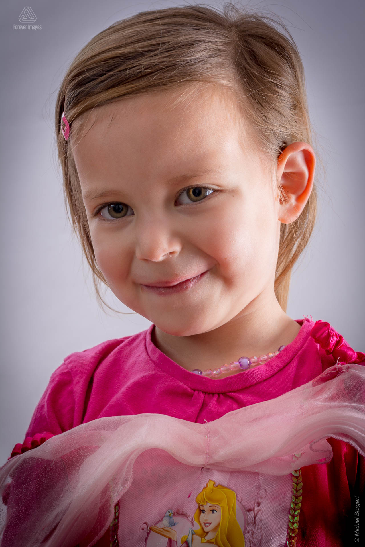 Child photo of a young girl in a pink princess dress | Gianessa | Portrait Photographer Michiel Borgart - Forever Images.
