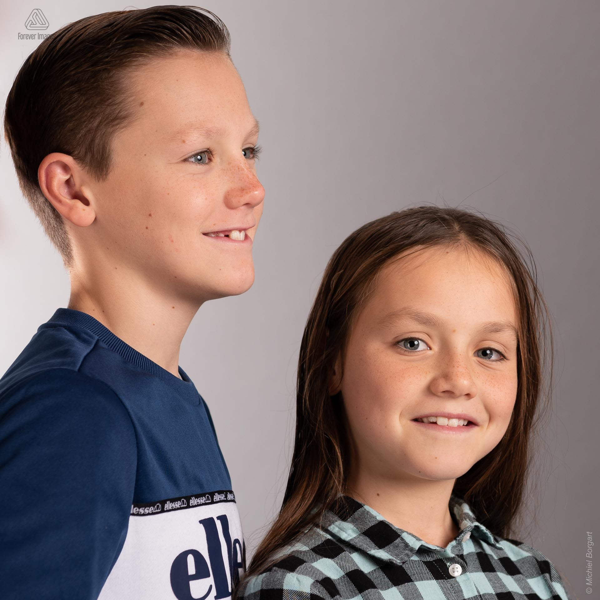 Portrait photo big brother with sister | Portrait Photographer Michiel Borgart - Forever Images.