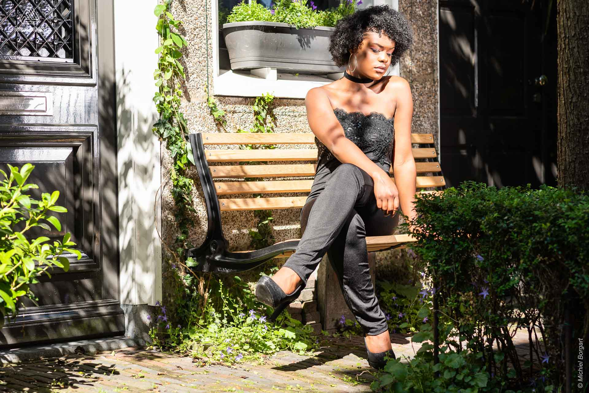 Portrait photo on bench in small garden | Mariangel Dolorita Haarlem | Portrait Photographer Michiel Borgart - Forever Images.