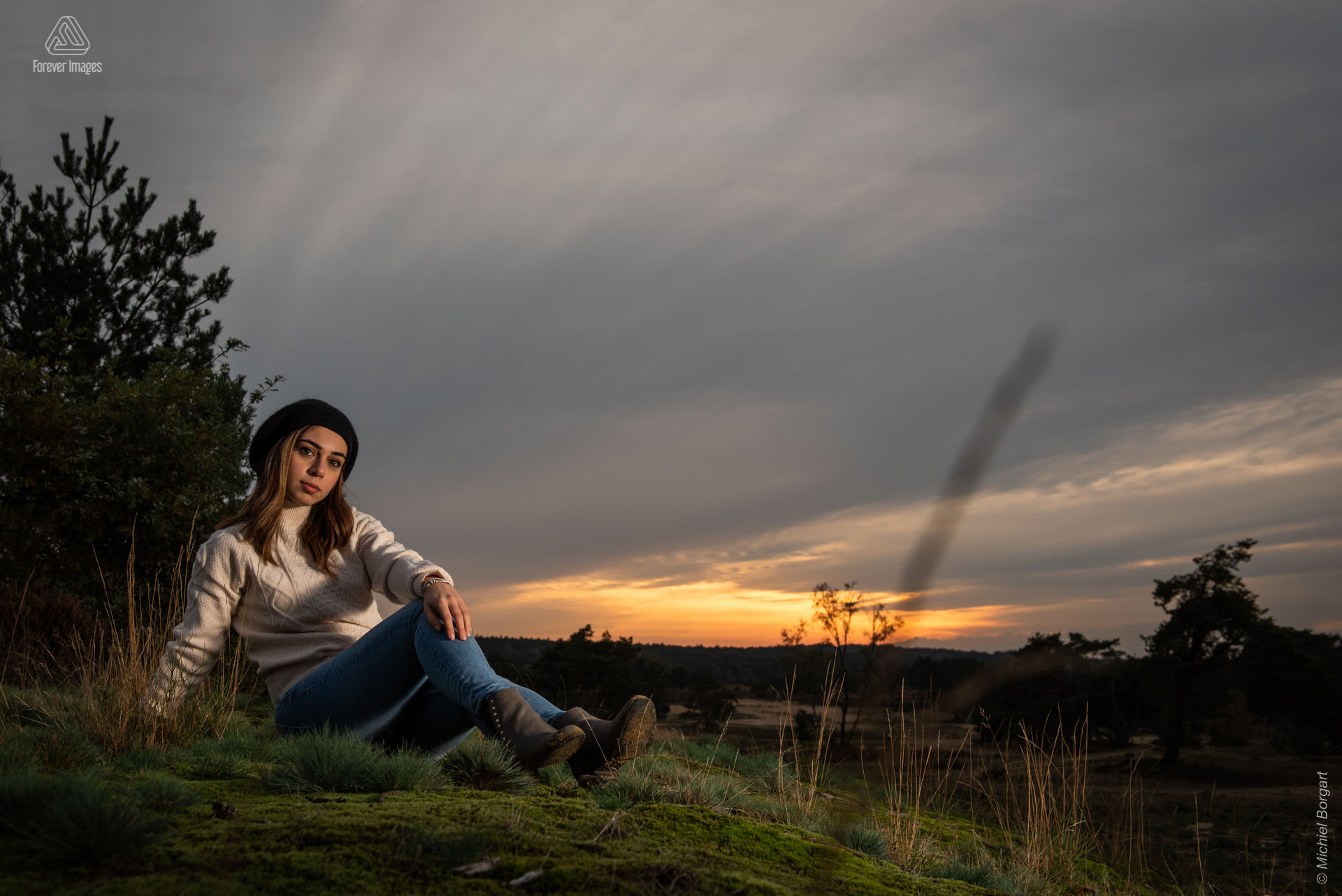 Portrait photo lady sitting on moss sunset | Annalisa Gentile Veluwezoom | Portrait Photographer Michiel Borgart - Forever Images.