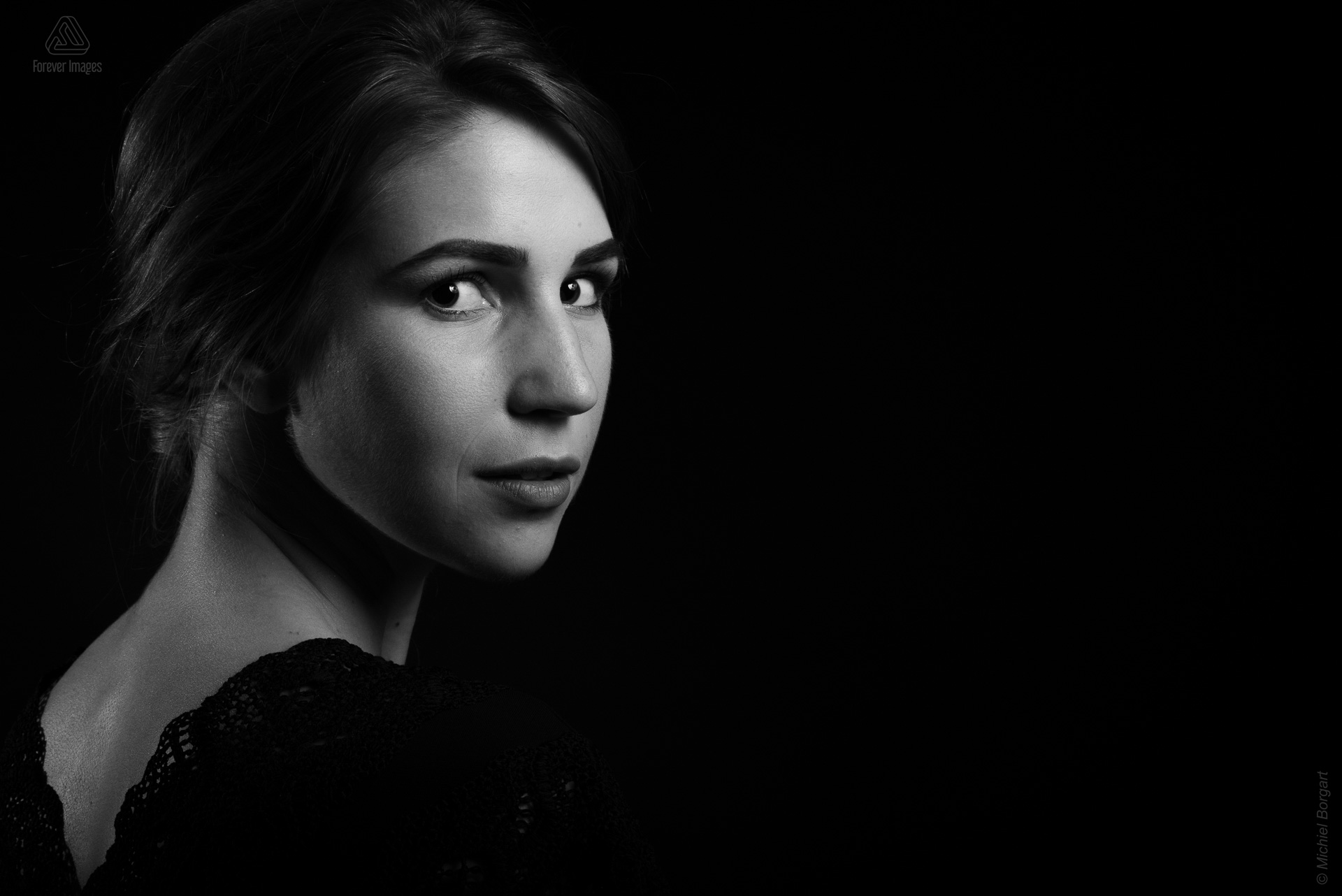 Portrait photo black and white B&W young lady looking sideways low key | Noah Doornebal | Portrait Photographer Michiel Borgart - Forever Images.
