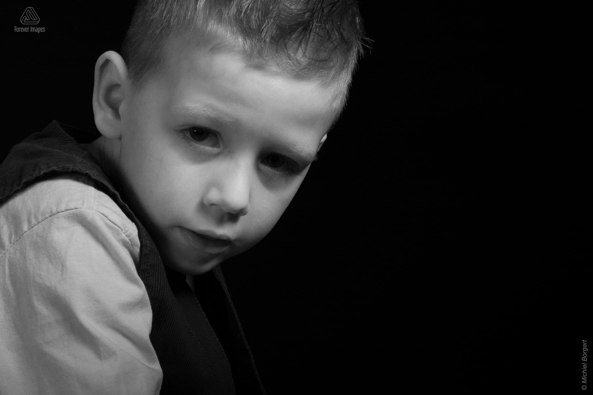 Child photo in black and white young who looks very vulnerable | Noah | Portrait Photographer Michiel Borgart - Forever Images.