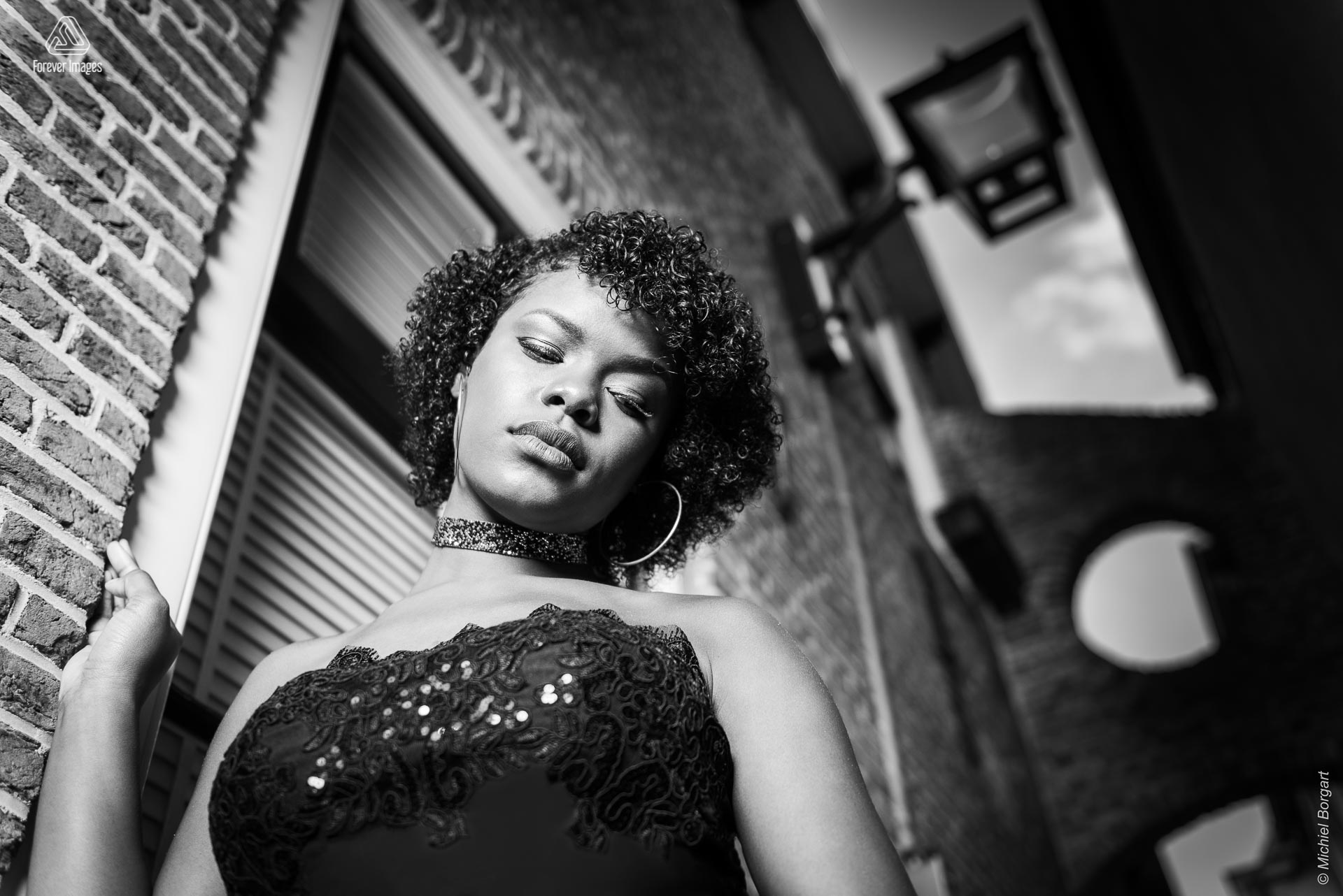 Portrait photo black and white in alley looking down | Mariangel Dolorita Haarlem | Portrait Photographer Michiel Borgart - Forever Images.