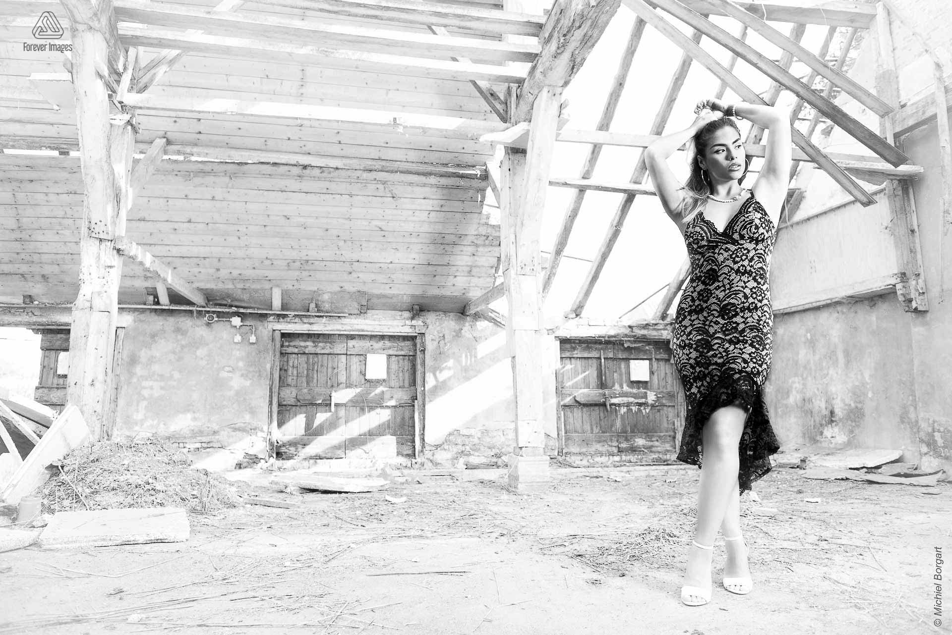 Portrait photo urbex black and white beautiful lady in dilapidated shed | Floriana Horta | Portrait Photographer Michiel Borgart - Forever Images.