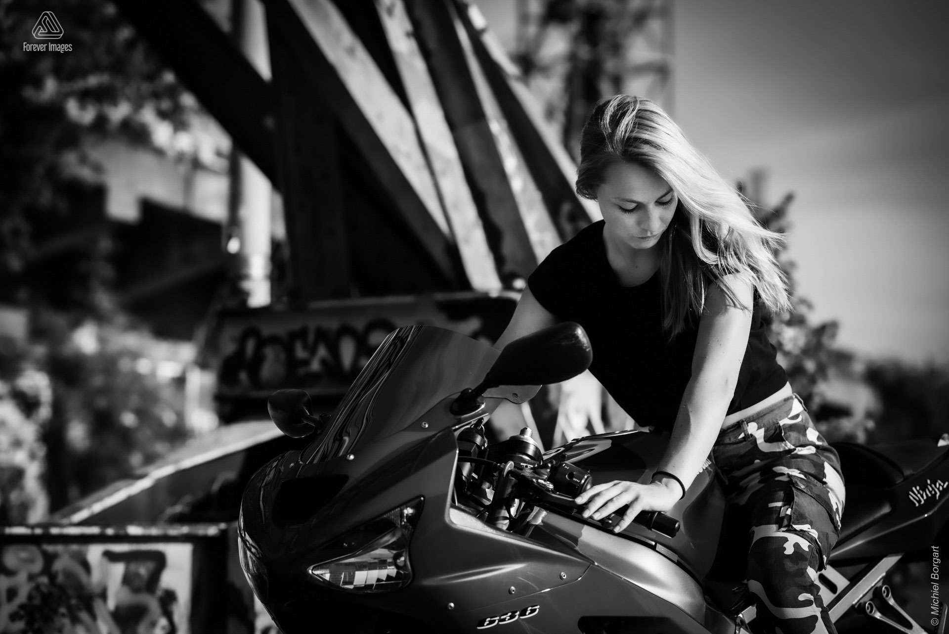 Portrait photo black and white lady on Kawasaki Ninja ZX-6R 636 | Heleen Muchachabiker NDSM Werf | Portrait Photographer Michiel Borgart - Forever Images.