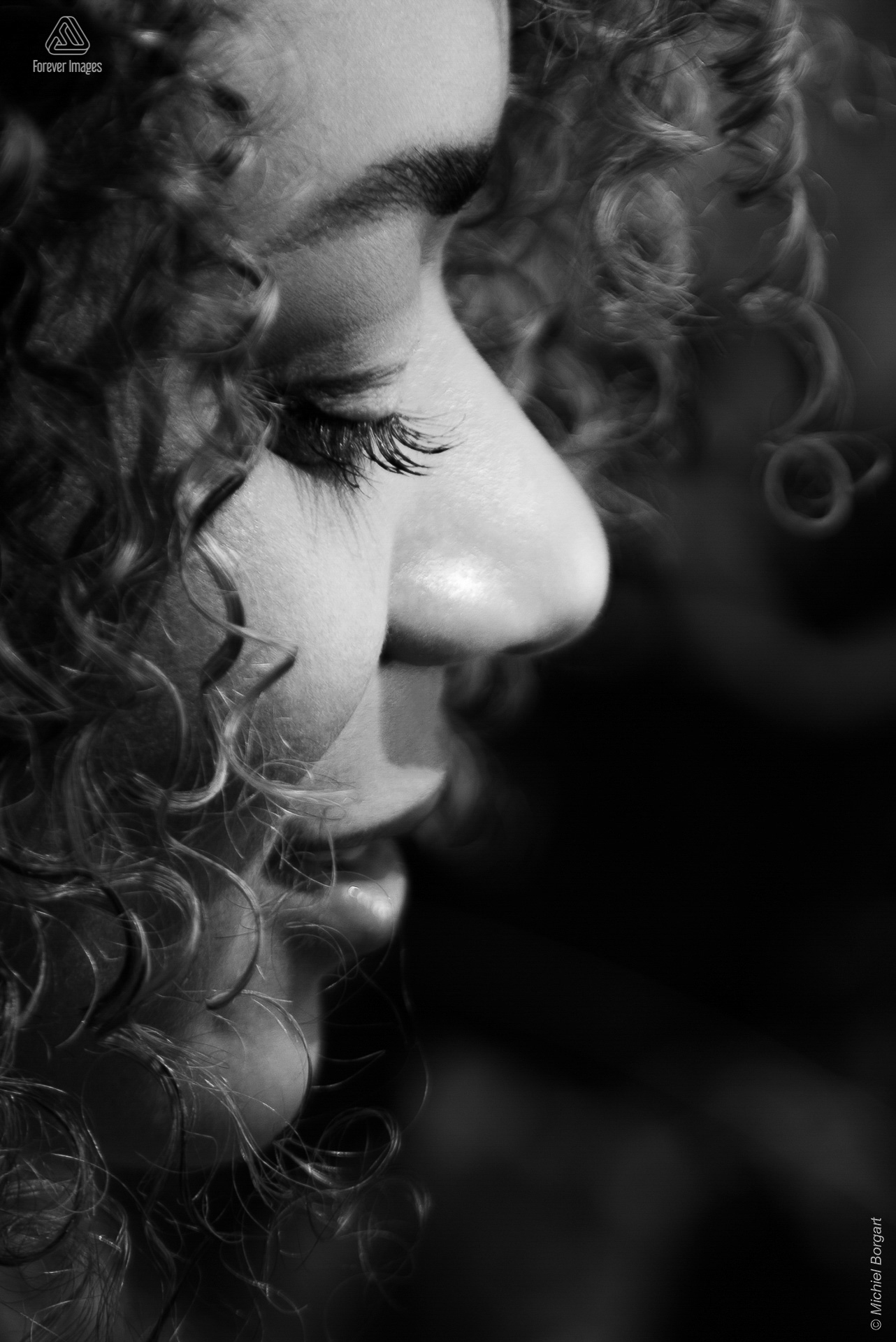 Portrait photo black and white close up young lady with beautiful curls | Samantha Reyes Amsterdam | Portrait Photographer Michiel Borgart - Forever Images.
